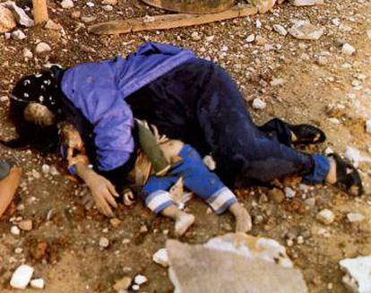 Una madre con su bebé en brazos, muertos en el ataque a Halabja, en el Kurdistán iraquí, en 1988.