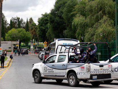 Efectivos de la Policía Estatal y Auxiliar de Puebla entran en el campus de la Universidad de las Américas el pasado mes de junio.