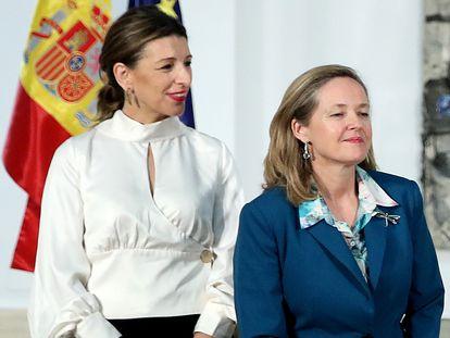 De izquierda a derecha, Yolanda Díaz, vicepresidenta segunda y ministra de Trabajo; y Nadia Calviño, vicepresidenta primera y ministra de Asuntos Económicos.