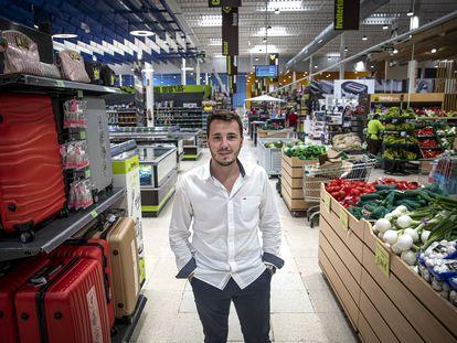 Carles Canet, responsable de expansión de Family Cash, en el hipermercado de la cadena en Xàtiva.   .