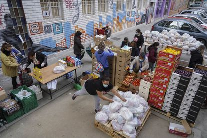 Reparto de comida a familias necesitadas en Aluche.