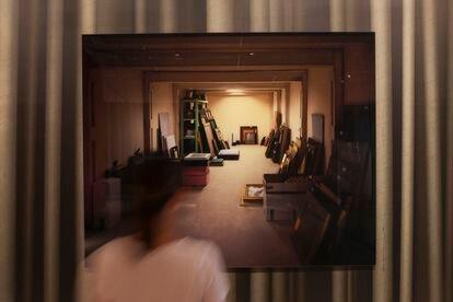 'Vault', la recreación de Thomas Demand basada en una imagen policial en el Wildenstein Institute de París en la que aparecen piezas de arte que pertenecieron a una familia judía exiliada tras el Holocausto.