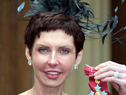 Denise Coates, en una imagen de 2012, tras recibir una condecoración de Isabel II.