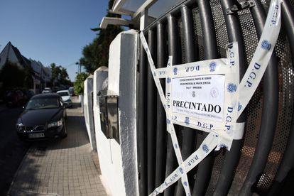 Fachada de la vivienda a las puertas de la cual se encontró a una mujer inconsciente y con signos de violencia este jueves en la localidad madrileña de Pozuelo.