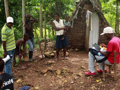 Un agente comunitario realiza una toma de datos en una comunidad rural de Haití.