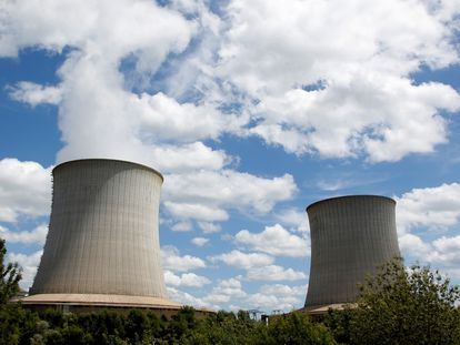 Torres de refrigeración de la planta nuclear de Electricite de France (EDF) en Saint-Laurent-Des-Eaux, cerca de Orleans, en junio de 2019.