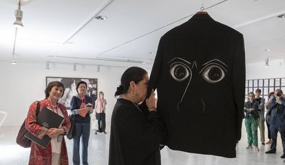 Aurora Carbonell huele la chaqueta que le pintó a su marido el cantaor Enrique Morente con los ojos de Picasso.