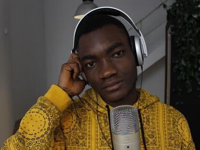 En el vídeo: 'Ya no hay miedo', interpretada por Gab y Txus Allen. En la imagen, Theo, de Ghana, durante una grabación del taller de música para el acompañamiento emocional.