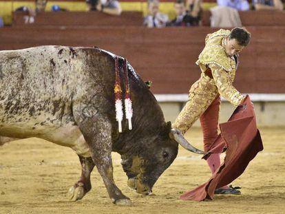 Paco Ramos, ante el imponente quinto.