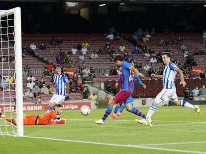 Sergi Roberto marca a la Real ante las gradas semivacías del Camp Nou, en el primer partido de Liga de la temporada.