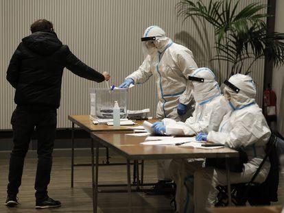 Personal de una mesa electoral en Barcelona protegido con los trajes EPI en las elecciones catalanas del pasado 14 de febrero.