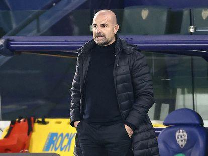 Paco López, en el banquillo del Levante en un partido el pasado febrero.