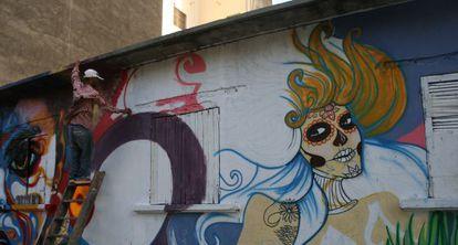 El grafitero y artista urbano Deep Dakar decorando el barrio de Medina.