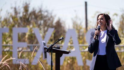La candidata a la vicepresidencia por el Partido Demócrata, Kamala Harris, habla durante un evento de campaña este viernes, en Fort Worth, Texas.