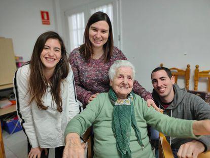 Ana del Valle, de 106 años, acompañada de sus nietos Alba, Verónica y David, en la localidad malagueña de Ronda.