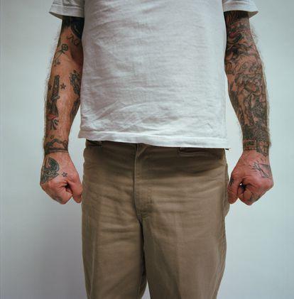 """El primer tatuaje de Alberto García-Alix decía: """"Don't Follow me, I'm lost', que ahora es el título de uno de los relatos incluidos en el libro 'Moriremos mirando'."""