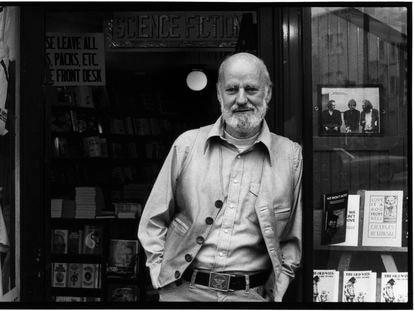 Lawrence Ferlinghetti, junto al escaparate de la librería City Lights, en San Francisco, en 1977.