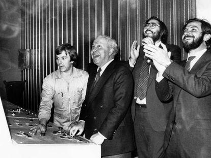 De derecha a izquierda, Juan Luis Cebrián, Antonio Franco y Jesús de Polanco asisten a la inauguración de la edición catalana de EL PAÍS, en octubre de 1982.