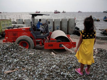 Una niña en un lugar de construcción de Yakarta (Indonesia) el 22 de agosto.