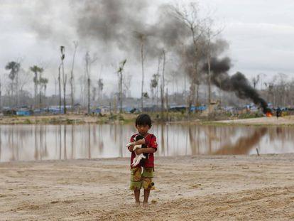Destrucción de un campo de minería ilegal de oro en la Amazonia peruana.