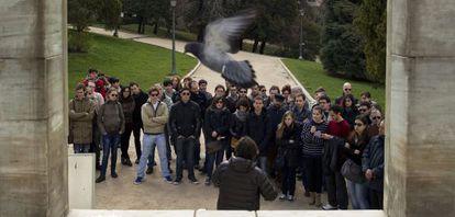 Un profesor imparte clase a sus alumnos en un parque de Madrid como protesta por los recortes en educación.