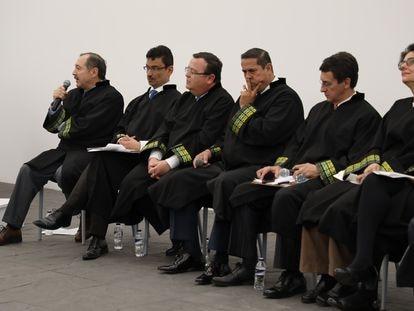 Eduardo Cifuentes, a la izquierda, junto a otros magistrados de la Jurisdicción Especial para la Paz.