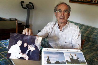 Emilio Pajares, hermano de Miguel Pajares, muestra fotos del religioso.