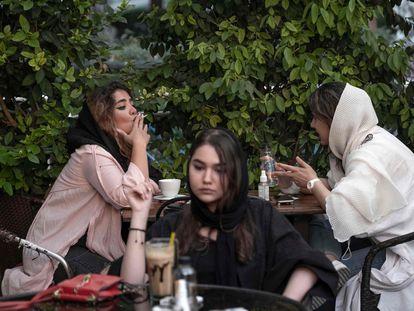 Mujeres iraníes en un café del barrio de Ekbatan, al oeste de Teherán, el pasado viernes.