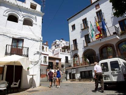 Vecinos en una calle de Canillas de Aceituno (Málaga).