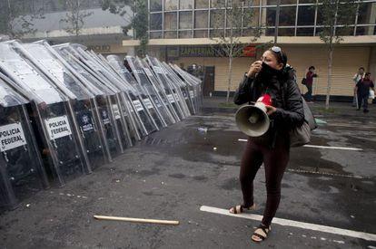 Una manifestante frente a agentes de la Policía Federal cerca del Zócalo.