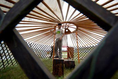Una familia construye su 'ger', como se conoce en Mongolia a la yurta, en el terreno de 0,7 hectáreas al que tiene derecho por ley.