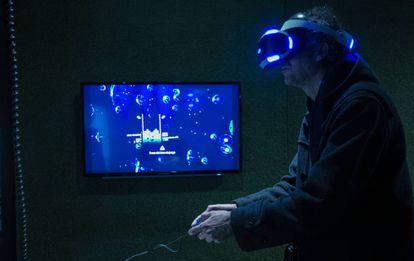 Un jugador de Tetris virtual, en la exposición del CCCB.