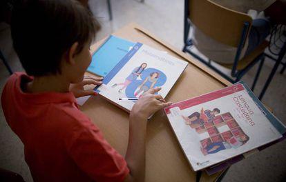 Un niño hace sus deberes en Sevilla.
