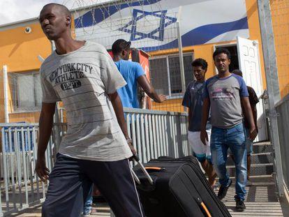 Inmigrantes africanos, en el centro de detención de Holot en agosto de 2015.