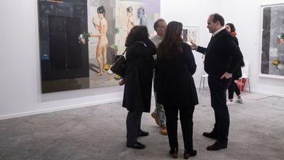 Unos visitantes, en Art Madrid el pasado domingo.