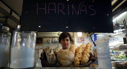 Sandra es la dueña de La Pistola, un despacho de pan en el mercado de san Fernando.