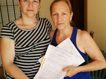 Dolores Ruiz, a la derecha, con su hija, en su vivienda de Sanlúcar.