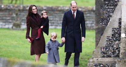 El príncipe Jorge de Inglaterra viste un abrigo gris confeccionado en Valencia por Rigans.