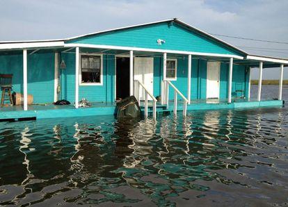 Una casa de la isla de Jean Charles, rodeada por las aguas.