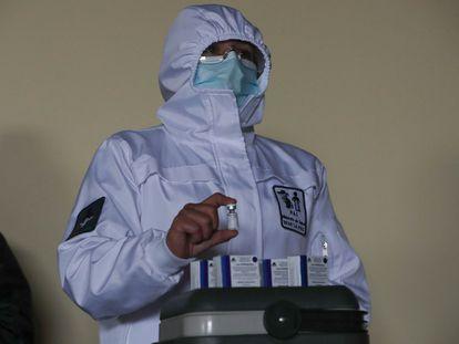 Un sanitario muestra una dosis de la vacuna Sputnik V contra la covid en Bolivia el pasado martes.