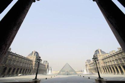 La pirámide del Louvre, y las naves del museo, vistas desde el Arco del Carrusel. |