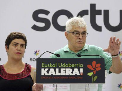 Antton López 'Kubati' y Oihana Garmendia comparecen este domingo en la sede de Sprtu en San Sebastián.