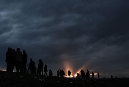 Un grupo de migrantes y refugiados espera a cruzar en Edirne, en Turquía, a Grecia el pasado 4 de marzo.