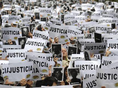 Una manifestación pide justicia en el 'caso AMIA', en Buenos Aires en 2013.