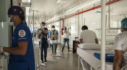 Personal sanitario equipa una nueva sala del Ineram, uno de los tres nuevos hospitales de contingencia creados durante la pandemia. Hoy las unidades de cuidados intensivos paraguayas siguen libres y solo hay siete casos internados con covid-19 y ninguno en condición crítica, todo el resto está en su casa o en albergues acondicionados