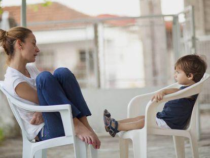 Una madre intenta dialogar con su pequeño.