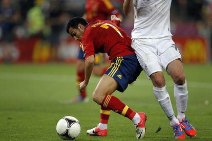 Pedro lucha un balón en el partido contra Francia.