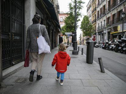 Una mujer pasea con su hijo en Madrid.