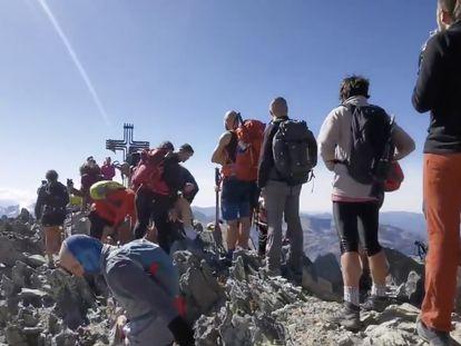 Cola de excursionistas para hacerse una foto en la Pica d'Estats, en el Pirineo, en septiembre de 2020.