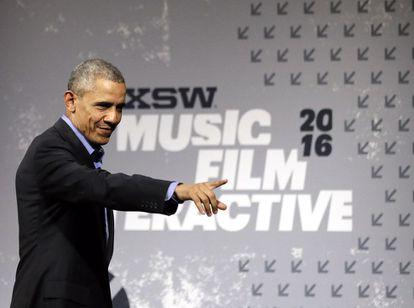 Barack Obama saluda a la audiencia en el South by Southwest Festival, en Austin, Texas.
